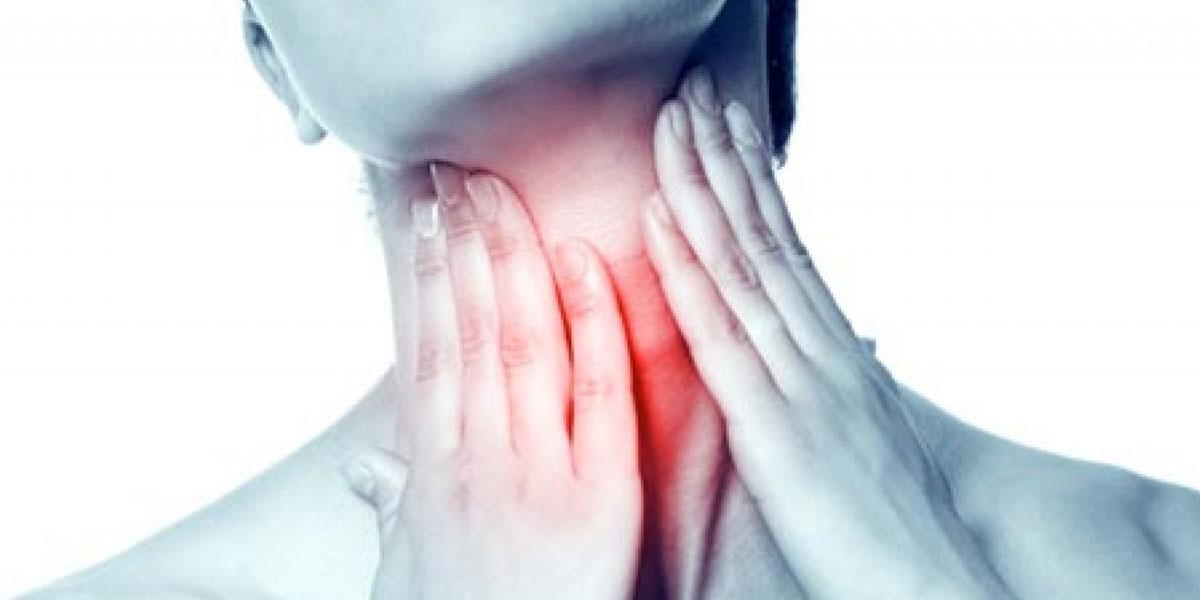 Μήπως η φωνή σας «κλείνει» συχνά, δυσκολεύεστε να μιλήσετε ή αισθάνεσθε ότι έχετε έναν κόμπο στο λαιμό; Ποια είναι τα κυριότερα προληπτικά μέτρα για το κλείσιμο της φωνής; Και πότε πρέπει να ανησυχήσετε και να επισκεφθείτε τον γιατρό;