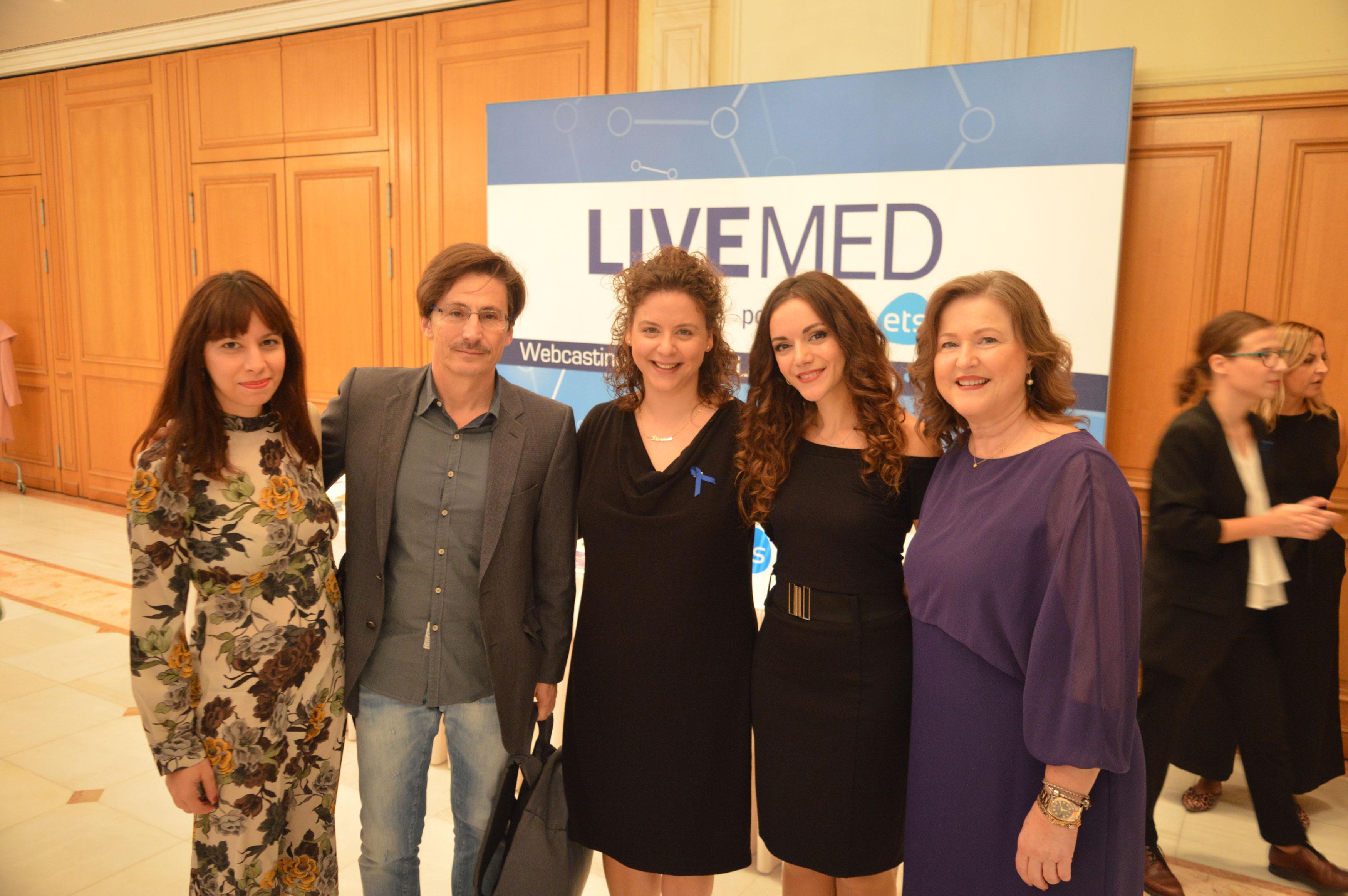 Από αριστερά Στέλλα Γιοβάνη, ο σκηνοθέτης Δημήτρης Τάρλοου, οι μουσικοί Δέσποινα Σπαή, Στέλλα Ζιοπούλου και η Πρόεδρος της ΑΚΟΣ Δρ. Δέσποινα Κατσώχη.