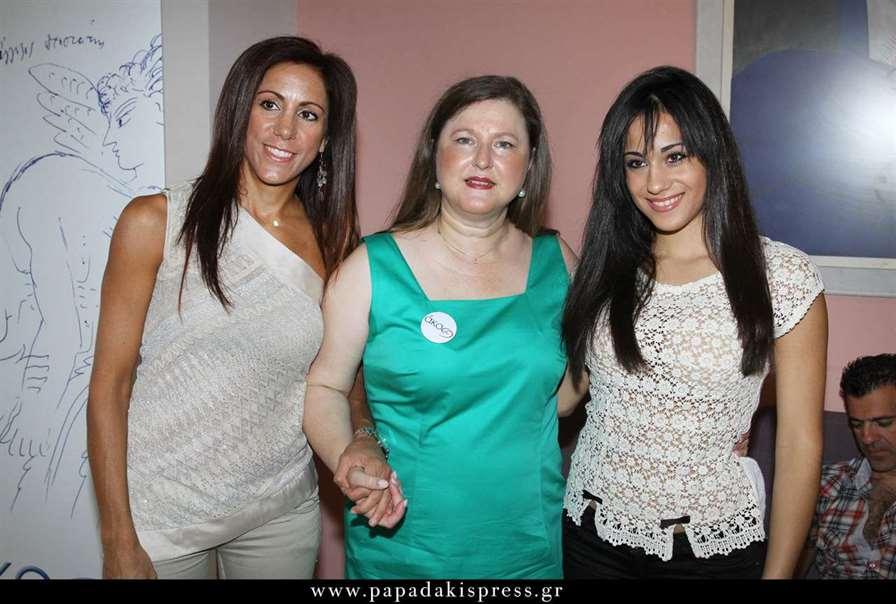 Η Πρόεδρος της ΑΚΟΣ Δρ. Δέσποινα Κατσώχη πλαισιωμένη από την πρωταθλήτρια του καράτε και αποθεραπευμένη Τζωρτζίνα Ξένου και τη μητέρα της και προπονήτρια της Μαρίζα Σουμπασάκη