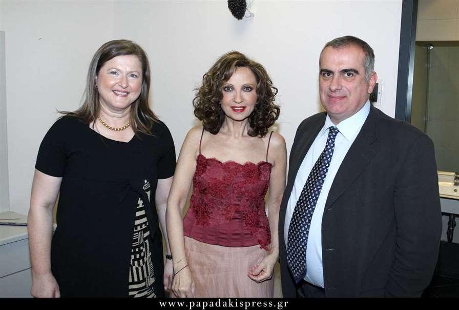 Η Πρόεδρος της ΑΚΟΣ Δέσποινα Κατσώχη και ο σύζυγος της Σπύρος Γκούβαλης, πλαισιώνουν τη Γλυκερία