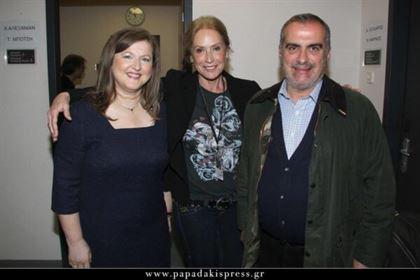 Η Άννα Νταλάρα πλαισιωμένη από την πρόεδρο της ΑΚΟΣ Δρ. Δέσποινα Κατσώχη και τον σύζυγο της Δρ. Σπύρο Γκούβαλη