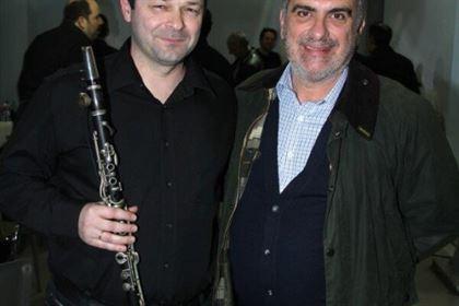 Ο μουσικός της ορχήστρας Εστουδιαντίνα Σταύρος Κουσκουρίδας με τον Σπύρο Γκούβαλη