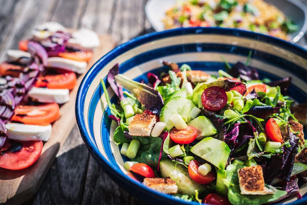 σαλάτες, ντομάτα, αγγούρι, ρόκα, καλοκαίρι, ελαιόλαδο