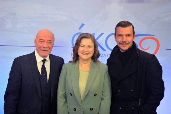 Η Πρόεδρος της ΑΚΟΣ Δρ. Δέσποινα Κατσώχη πλαισιωμένη από τους Μένιο Σακελλαρόπουλο και Ιωάννη Παπαζήση